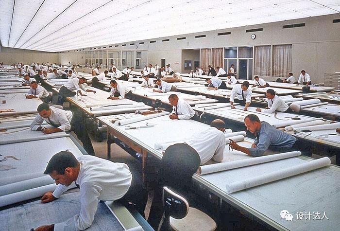 80年代绘图设计师的办公桌面照片